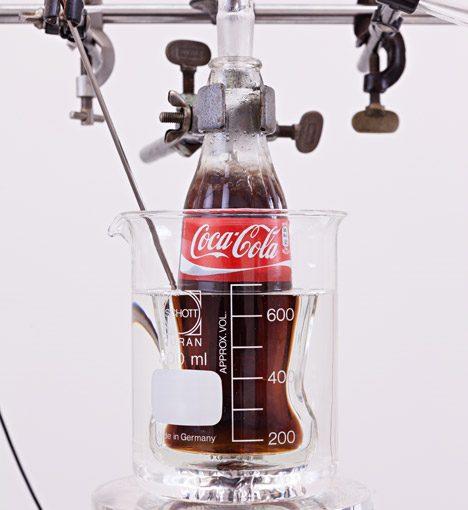 Volviendo Coca-Cola a agua común y corriente