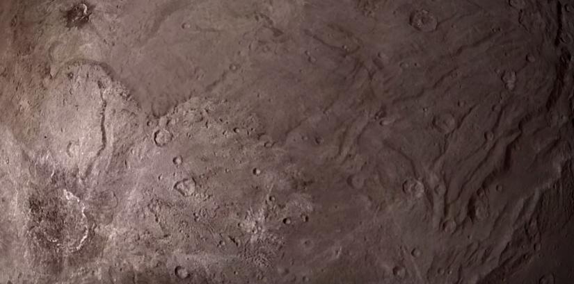 Sobrevuela Caronte, una de las lunas más grandes de Plutón