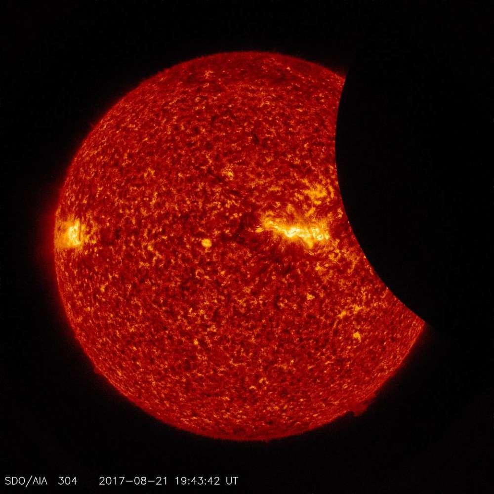 La Luna en tránsito por delante del Sol, tomada por el SDO a la luz ultravioleta extrema 304 Angstrom el 21 de agosto de 2017. NASA / SDO