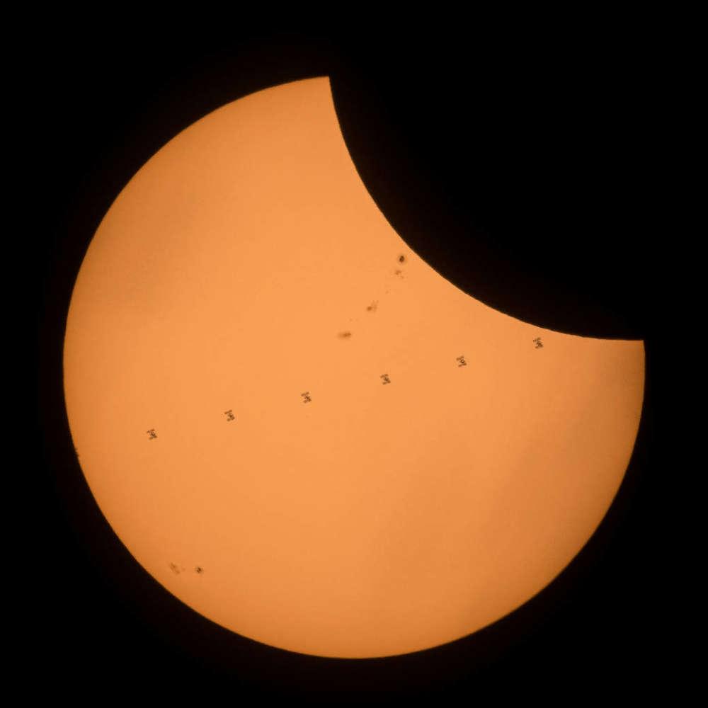 Una imagen compuesta hecha de siete marcos de la ISS que transitan el Sol durante el eclipse. NASA / Joel Kowsky
