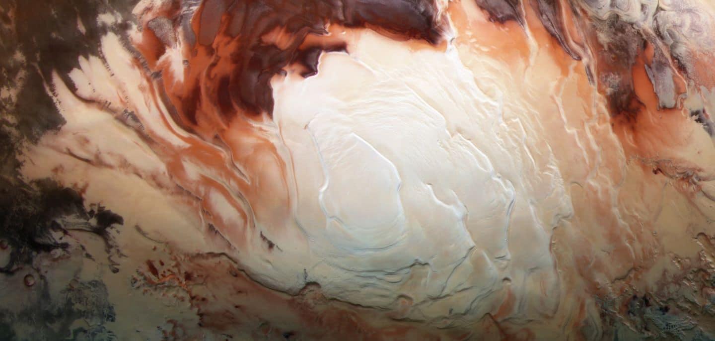 La región blanca brillante de esta imagen muestra la tapa helada que cubre el polo sur de Marte, compuesta de agua congelada y dióxido de carbono. Si bien se ve suave en esta imagen, en lugares cerrados la tapa es una mezcla en capas de picos, valles y llanuras planas. El casquete meridional alcanza unos 3 km de espesor en algunos lugares, y tiene alrededor de 350 km de diámetro.