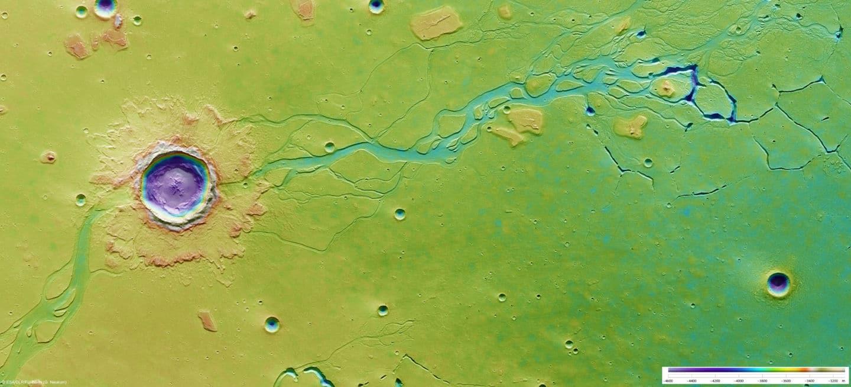 Esta imagen muestra una región del hemisferio norte del planeta conocida como Hefesto Fossae. La imagen ha sido coloreada para indicar la elevación del terreno: los tonos verdes y amarillos representan el suelo poco profundo, mientras que los azules y morados representan depresiones profundas, de hasta aproximadamente 4 km. Dispersos a través de la escena hay unas pocas docenas de cráteres de impacto que cubren una amplia gama de tamaños, con el mayor alarde de un diámetro de alrededor de 20 km. Se ha sobreimpreso en una larga e intrincada red de canales que indica el pasado acuoso del Planeta Rojo.