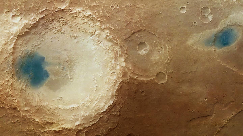 La imagen muestra parte de la región de Arabia Terra, que está salpicada de cráteres de diferentes tamaños y edades. Los cráteres en esta imagen, causados por impactos en el pasado de Marte, muestran diferentes grados de erosión.